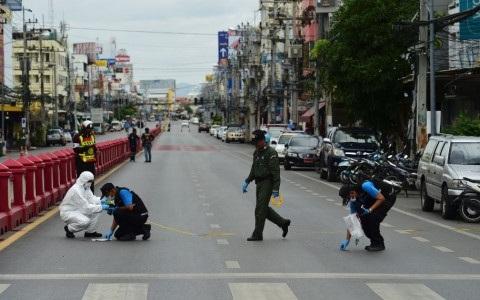 Cảnh sát Thái Lan khám nghiệm hiện trường một vụ đánh bom. Ảnh AP