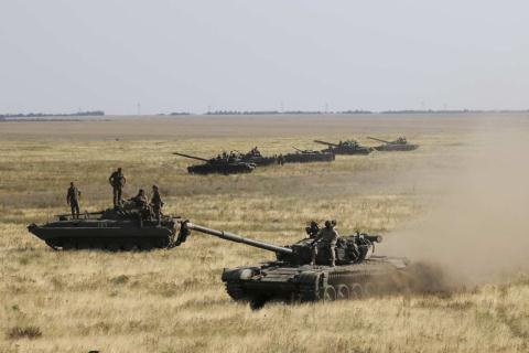 Xe tăng và binh lính Ukraine tới Kherson, miền nam Ukraine, giáp ranh Crimea hôm 12/8. Ảnh: New York Magazine