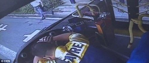 Tài xế đang lái xe buýt bất ngờ gục chết trên vô lăng - 1