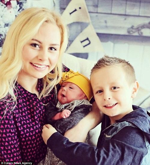 Hình ảnh bé Harper cùng mẹ Angie và anh trai Jaxon 6 tuổi.