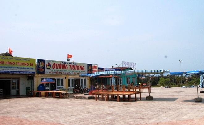 Do sự cố môi trường biển, nên dù cao điểm mùa du lịch nhưng nhiều nhà hàng ven biển dọc 4 tỉnh Bắc miền Trung vẫn phải đóng cửa vì không có khách.