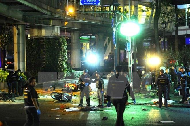 Cảnh sát Thái Lan điều tra tại hiện trường vụ nổ ở đền thờ Erawan, Bangkok ngày 17/8/2015. (Nguồn: THX/TTXVN)