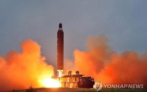 Một quả tên lửa Triều Tiên rời bệ phóng. (Ảnh: Yonhap)