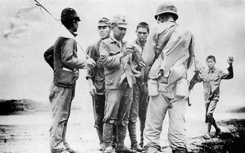 Quân Nhật đầu hàng quân Mỹ. Ít người biết có âm mưu đảo chính ở Tokyo để ngăn việc đầu hàng, chỉ vài giờ trước ngày Nhật đầu hàng. Ảnh: Lục quân Mỹ.