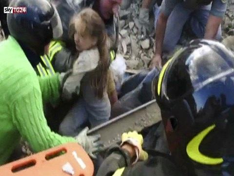 Cô bé đã được nhân viên cứu hộ đưa ra khỏi đống đổ nát