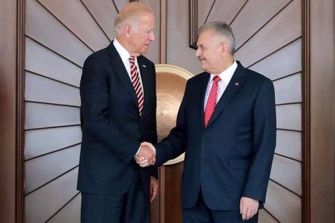 Phó Tổng thống Mỹ Joe Biden (trái) bắt tay Thủ tướng Thổ Nhĩ Kỳ Binali Yildirim (phải) tại Ankara hôm 24/8. Ảnh: WSJ