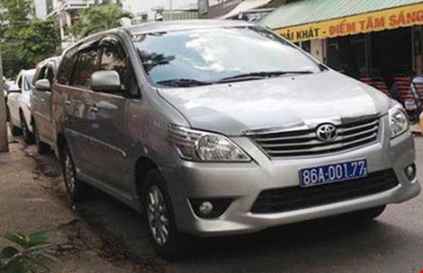 Một xe công của Bình Thuận đậu trước trụ sở Công an phường Tân Phú, quận 7, TP.HCM chiều 26-8. Ảnh: TH