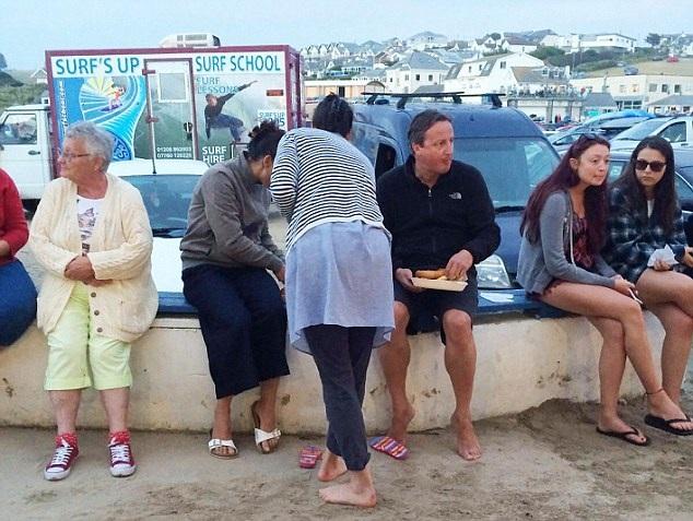 David Cameron chân trần ngồi ăn khi đang đi nghỉ ở Cornwall. (Nguồn: dailymail.co.uk)
