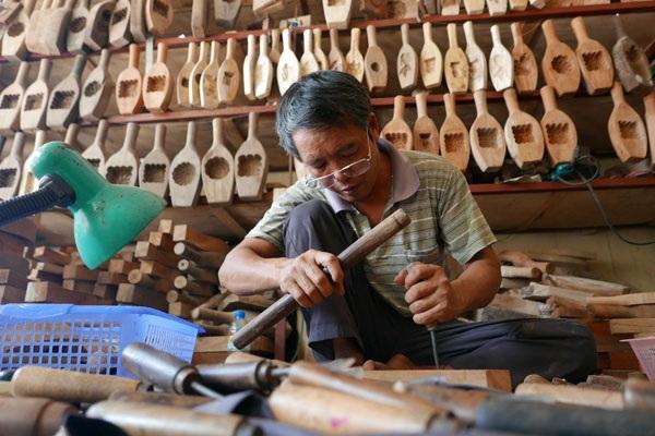 Trước đây, tại làng Thượng Cung nhiều người làm khuôn bánh trung thu. Đến nay, cả làng chỉ còn 3 hộ bám trụ với nghề này.