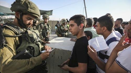 Lính Israel kiểm tra giấy căn cước của người Palestine tại TP Ramallah, Bờ Tây Dải Gaza (Ảnh minh họa: Times of Israel)