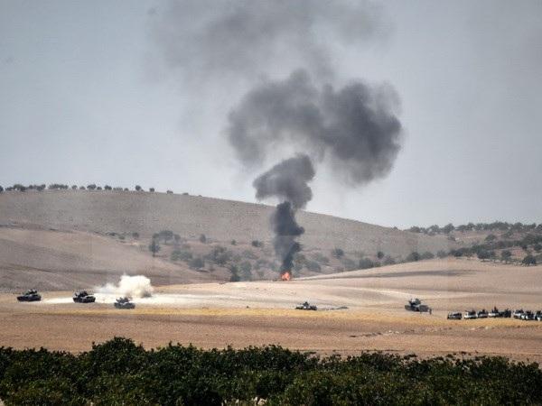 Khói bốc lên sau các vụ nã pháo của quân đội Thổ Nhĩ Kỳ từ khu vực Gaziantep, giáp giới Syria ngày 24/8. (Nguồn: AFP/TTXVN)