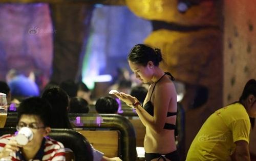 """Gái xinh Trung Quốc bị """"ném đá"""" vì mặc bikini phục vụ khách - 1"""