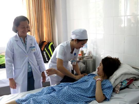 Chị B.T. được kiểm tra sức khỏe lại lần cuối trước khi xuất viện