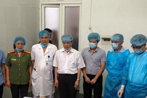 Y bác sĩ Bệnh viện 19-8 Bộ Công an và người thân bác sĩ Vũ Thị Thoa kính cẩn nghiêng mình trước giây phút lấy giác mạc theo di nguyện của chị