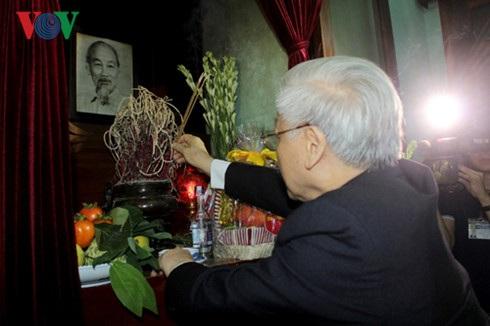 Tổng Bí thư Nguyễn Phú Trọng thành kính dâng hương tưởng nhớ Chủ tịch Hồ Chí Minh