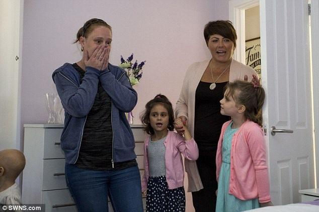 Lucy cùng các con bất ngờ trước món quà kỳ diệu của những người hàng xóm. (Nguồn: Dailymail)