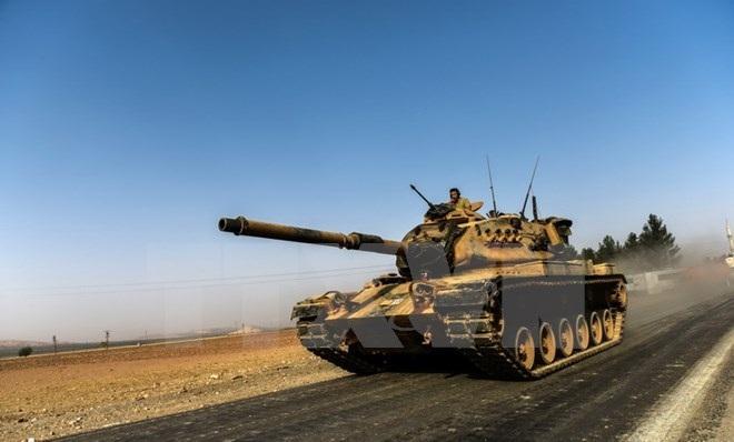 Xe quân sự Thổ Nhĩ Kỳ hướng về thành phố biên giới Karkamis ở vùng miền Nam Gaziantep ngày 24/8. (Nguồn: AFP/TTXVN)