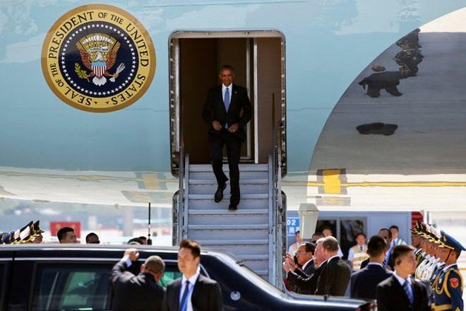 Ông Obama phải đi xuống từ bụng chiếc Air Force One, theo quy trình an ninh cao. (Nguồn: New York Times)