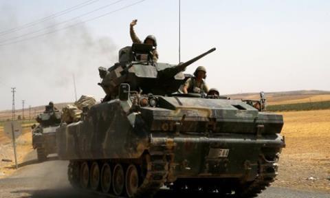 Xe tăng Thổ Nhĩ Kỳ vượt biên giới tiến vào Syria. Ảnh: TimesofOman