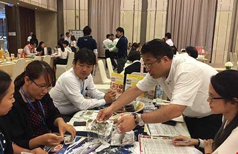 Các công ty Nhật đang giới thiệu sản phẩm đến các đối tác Việt Nam. Ảnh: TÚ UYÊN