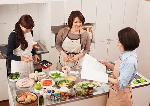Nhiều người phụ nữ Việt phải tất bật nấu nướng, dọn dẹp và ăn vội ở mâm riêng. Ảnh minh họa.