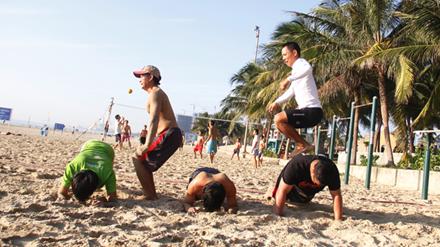 Anh Đỗ Quang Anh (áo trắng) thực hành bài tập chui dưới bụng, nhảy qua lưng cùng mọi người. Ảnh: Thanh Trần.