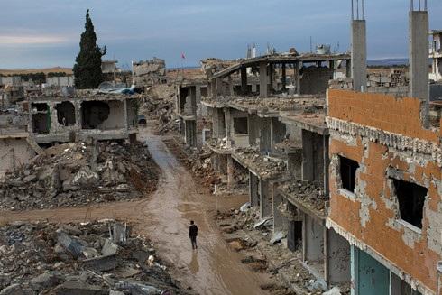 Quảng cành tàn phá nặng nề tại thành phố Kobani vào năm 2015 sau nhiều tháng trời không kích của liên quân và giao tranh giữa người Kurd và IS.