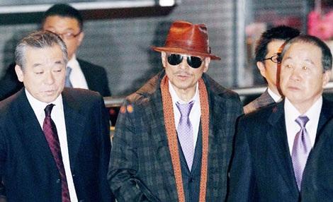 Ông trùm Kenichi Shinoda (giữa) của băng Yamaguchi-gumi.