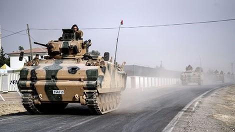 Xe tăng quân đội Thổ Nhĩ Kỳ tiến đến biên giới Syria ngày 3-9.