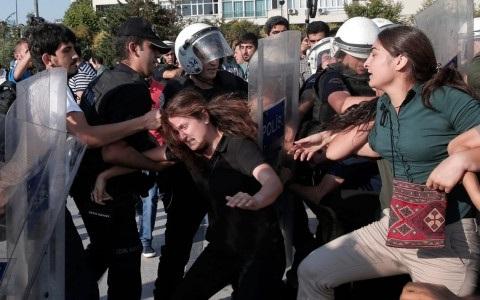 Cảnh sát Thổ Nhĩ Kỳ đụng độ người biểu tình. Ảnh: Reuters