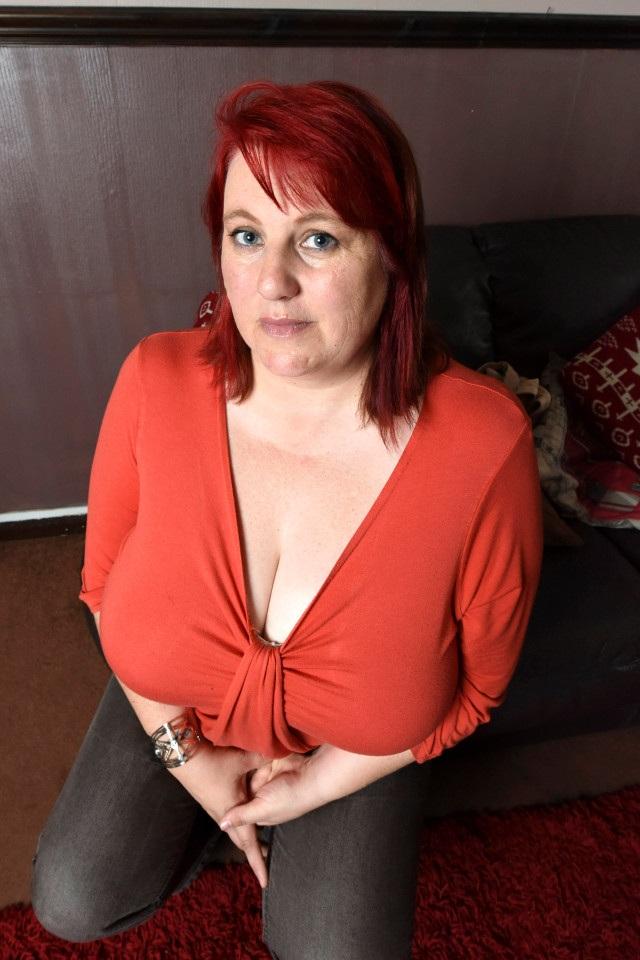 Rachel Brooks, 43 tuổi, có một bộ ngực nặng tới 22,5 kg