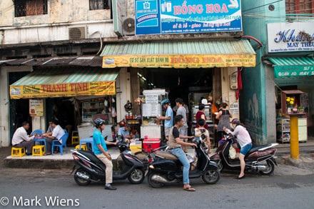 Tiệm bánh Hồng Hoa dưới góc máy của vlogger nổi tiếng Mark Wiens.