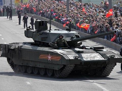 Xe tăng Armata T-14 cũng xuất hiện trong đoạn video kỉ niệm Ngày lính xe tăng