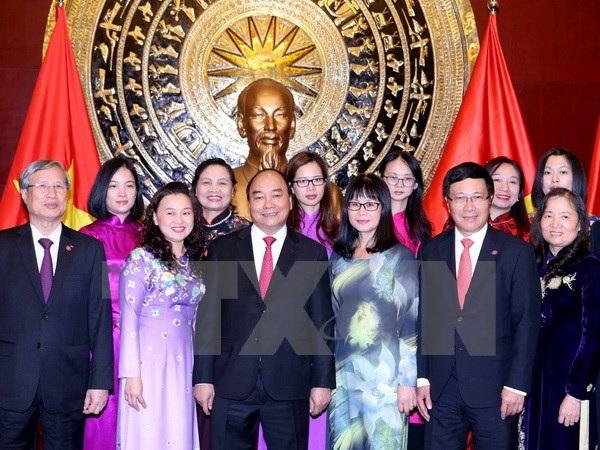 Thủ tướng Nguyễn Xuân Phúc đến thăm và nói chuyện với bà con Việt kiều, lưu học sinh và cán bộ nhân viên Đại sứ quán Việt Nam tại Trung Quốc. (Ảnh: Thống Nhất/TTXVN)