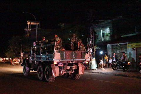 Hàng loạt xe tải chở binh lính rầm rập bao vây trụ sở phe đối lập. Ảnh: Khmer Times
