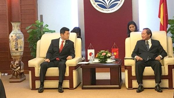 Bộ trưởng Trương Minh Tuấn (bên phải) và Thứ trưởng Thường trực Jiro Akama.