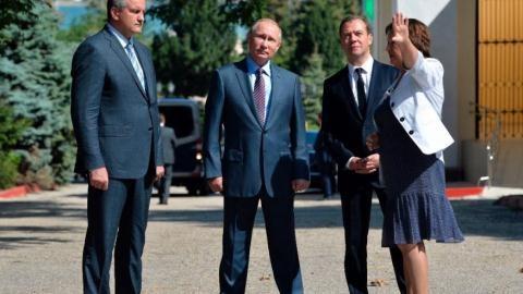 Tổng thống Nga Vladimir Putin và Thủ tướng Dmitry Medvedev thăm bán đảo Crimea. Ảnh: Fox News