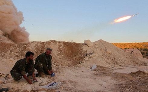 Các chiến binh của Quân đội Syria Tự do (FSA) phóng tên lửa Grad vào lực lượng chính phủ ở tỉnh Hama. Ảnh: Reuters.