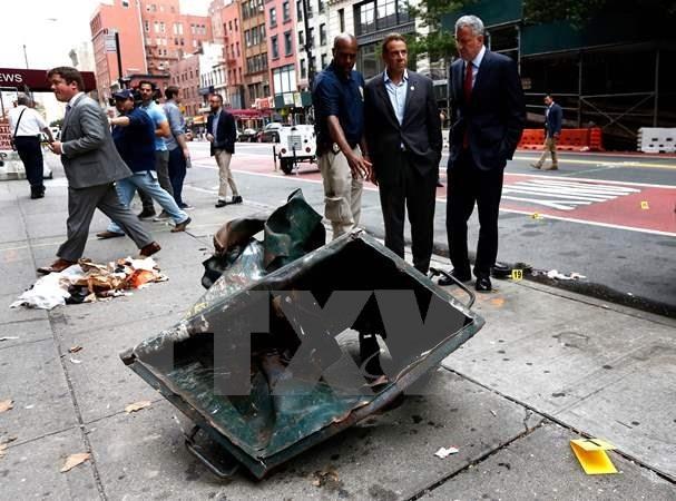 Thị trưởng thành phố New York Bill de Blasio (thứ hai, phải) và Thống đốc bang New York Andrew Cuomo (thứ ba, phải) tại hiện trường vụ nổ ở khu vực Chelsea ngày 18/9. (Nguồn: AFP/TTXVN)