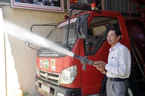 Ông Phương bên chiếc xe chữa cháy đa năng mà ông phát minh sáng chế