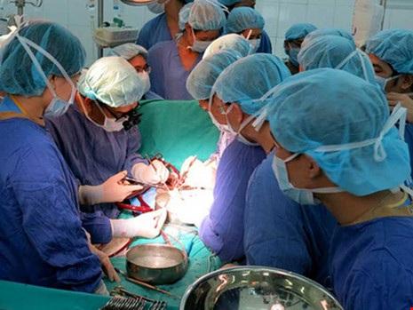 Một ca phẫu thuật ghép tạng từ người hiến tạng tại BV Trung ương Huế. Ảnh: BÙI OANH