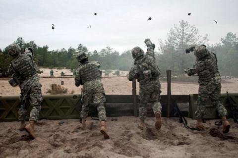 Binh sĩ Mỹ huấn luyện cách ném lựu đạn.