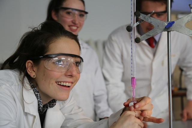 Học sinh thực nghiệm tại trường nội trú Anh quốc.