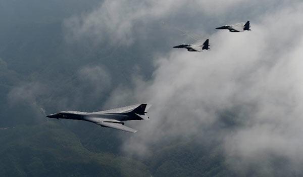 Chiếc B-1B của không quân Mỹ được 2 chiếc F-15K Slam Eagles hộ tống khi bay qua vùng trời Hàn Quốc. Ảnh: CNN