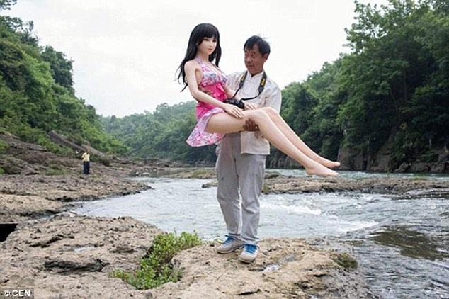 """""""Mối tình"""" kì lạ giữa người đàn ông Trung Quốc với búp bê tình dục - 1"""