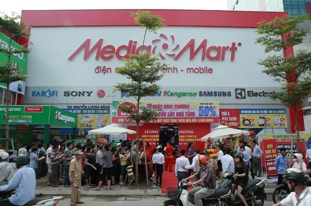 Trục đường Tây Sơn, Nguyễn Lương Bằng, Tôn Đức Thắng đi qua siêu thị MediaMart luôn trong tình trạng giao thông khó khăn khi lượng khách hàng vào siêu thị đông nghẹt. Các bãi gửi xe của các tòa nhà cao ốc, ngân hàng xung quanh được tận dụng tối đa.