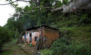 Ngôi nhà cũ nát trơ trọi của cụ ông Durga Kami, nơi ông sống một mình kể từ khi người vợ qua đời (Reuters)