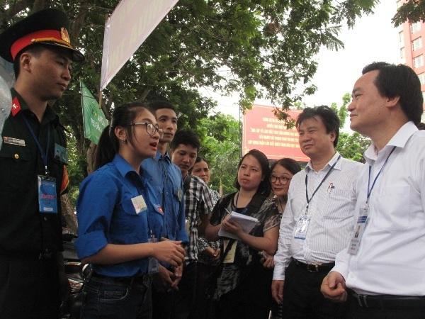 Bộ trưởng Phùng Xuân Nhạ trò chuyện với sinh viên tình nguyện tại Học viện Kỹ thuật quân sự