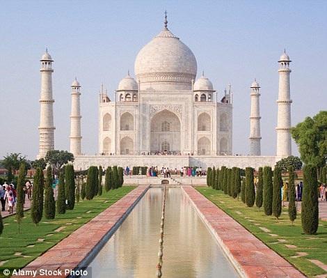 Hình ảnh quen thuộc ở ngôi đền nổi tiếng của Ấn Độ, đền Tajmahal khi bạn đứng trước nó. Bên cạnh là hình ảnh phía sau lưng của bạn.