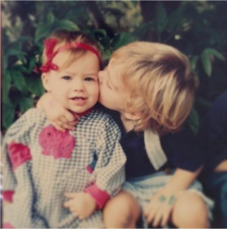 Margot Robbie sinh ngày 2/7/1990 tại Gold Coast, Queensland, nước Úc, tuổi thơ của nữ diễn viên gắn bó mật thiết với một miền nông thôn yên bình cùng trang trại gia đình của ông bà.